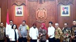 Gubernur Jawa Timur Khofifah Indar Parawansa bertemu Staf Khusus Presiden untuk Papua Lenis Kogoyo di Gedung Negara Grahadi Surabaya, Surabaya, Selasa, 20 Agustus 2019. (Foto: Petrus Riski/VOA)