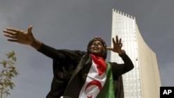 ນັກຟ້ອນຄົນນຶ່ງ ສະແດງການຟ້ອນພື້ນເມືອງ ໃນງານໄຂສໍານັກງານໃຫຍ່ແຫ່ງໃໝ່ຂອງສະຫະພາບອາຟຣິກາ (ຕຶກສູງທາງຫລັງ) ທີ່ນະຄອນຫລວງ Addis Ababa, ປະເທດອິທີໂອເປຍ, ວັນເສົທີ 28 ມັງກອນ 2012. (REUTERS/Noor Khamis)