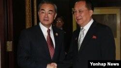 지난달 25일 라오스 비엔티안에서 열린 북-중 양자회담에 앞서 중국 왕이 외교부장(왼쪽)이 북한 리용호 외무상과 악수하고 있다. (자료사진)