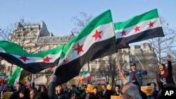 Des migrants syriens et iraniens se sont rassemblés à Paris pour protester contre la guerre en Syrie, le 17 décembre 2016.