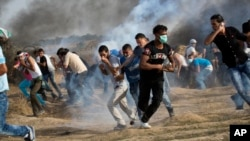 지난해 10월 팔레스타인 가자 지구에서 시위대가 최루 가스를 피해 달아나고 있다. (자료사진)