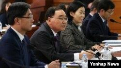 정홍원 한국 국무총리(왼쪽 두번재)가 4일 서울 세종로 정부서울청사에서 열린 국가정책조정회의에서 모두발언을 하고 있다.