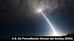 在加州范登堡空军基地的一次操作测试期间发射的一枚民兵三型洲际弹道导弹。(2017年5月3日)