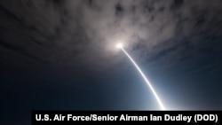"""美军在美国加利福尼亚州范登堡空军基地的一次作战试验中,发射了一枚没有弹头的""""Minuteman III""""洲际弹道导弹。(美国空军图片,2017年8月2日)"""