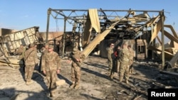 Tentara AS memeriksa pangkalan militer Ain al-Asad di provinsi Anbar, Irak, yang terkena misil Iran, 13 Januari 2020. (Foto: dok).