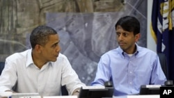美國總統奧巴馬星期一在路易斯安那州的一個緊急行動中心和州長金達爾會晤