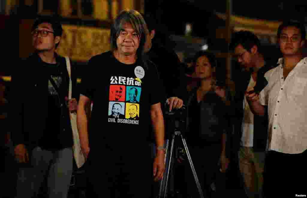 El legislador, activista y uno de los candidatos en las elecciones del consejo de Hong Kong, Leung Kwok-hung frente a un centro de escrutinio, en Hong Kong, China, el 24 de noviembre de 2019.
