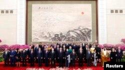Tư liệu: Chủ tịch TQ Tập Cận Bình và phu nhân cùng các lãnh đạo khác chụp ảnh lưu niệm tại dạ tiệc chào mừng khách tại Diễn đàn Vành Đai Con Đường ở Đại Sảnh đường Nhân dân/Bắc Kinh, ngày 26/4/2019. REUTERS/Jason Lee/Pool