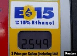 지난 2015년 미국 오와이오주 네바다의 주유소에서 에탄올 15% 들어간 휘발유 표시가 보인다.