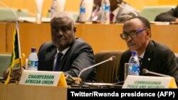 Paul Kagame, mokonzi ya Rwanda mpe mokambi ya Union africaine (na loboko ya mobali) mpe Moussa Faki, mokambi ya Commission ya Union africaine, na bokutani ya Addis Abeba, Ethiopie, 17 janvier 2018. (Twitter/Rwanda presidence)
