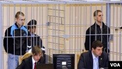 Dmitry Konovalov (kiri) dan Vladislav Kovalev berdiri dalam kurungan selama persidangan di Minsk, Belarus. Keduanya dijatuhi hukuman mati atas serangan bom di stasiun kereta bawah tanah, April 2011 (Foto: dok).