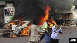 Warga setempat mengangkut korban tewas dan luka-luka setelah serangan maut atas sebuah rapat umum di Karachi, Selasa (22/5).