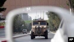 在阿富汗首都喀布爾街頭巡邏的美國軍車。 (2017年8月23日)