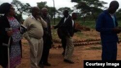 Izizalwane zeKezi ziya emthethwandaba lapho ezetheswa khona icala lokutshengisela eMaphisa Police Station.