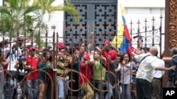 Partidarios oficialistas en Venezuela interrumpieron el domingo una sesión especial del Parlamento, controlado por la oposición, donde los legisladores debatían un posible juicio político contra el presidente Nicolás Maduro.