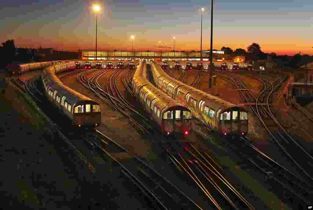 اعتصاب دو روزه کارکنان متروی خط پیکادیلی در لندن. این اعتصابات رفت و آمد روزانه دهها هزار مسافر را تحت الشعاع قرار داده است.
