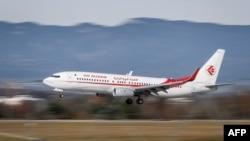 Un Boeing Boeing 737 d'Air Algérie atterrit à l'aéroport de Genève, le 20 novembre 2017.