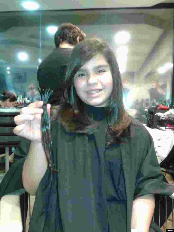 Jovem participa da campanha para doar mechas promovida pelo Projeto Desehando Sorrisos.