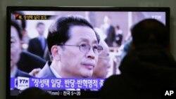 南韓民眾在火車站觀看電視報導北韓領導人金正恩的姑丈和輔佐人張成澤被解除一切職務的消息。