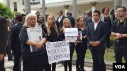 """""""La dictadura mata a presos políticos"""", decía un cartel que sostenía Lilian Tintori, esposa del líder político opositor Leopoldo López., durante el acto en homenaje al concejal Fernando Albán."""