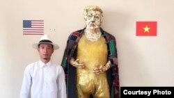 Họa sỹ Việt Nam Trần Lâm Bình bên tác phẩm tượng cao bằng người thật của Tổng thống Mỹ Donald Trump. (Ảnh do họa sỹ cung cấp)