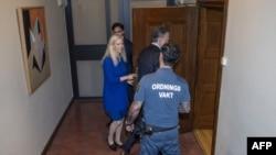 前瑞典驻华大使林戴安抵达斯德哥尔摩的地区法庭出庭受审。(2020年6月5日)