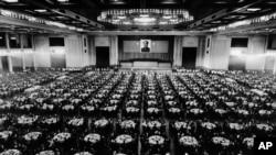 历史照片:中共在可容纳4500人的北京人民大会堂友谊大厅举行盛大晚宴,庆祝中华人民共和国成立25周年。(1974年9月30日)