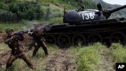 Binh sĩ Bắc Triều Tiên tập luyện quân sự tại một địa điểm không được tiết lộ ở hôm 27/7/12, đánh dấu kỷ niệm thứ 59 ngày ký hiệp định đình chiến kết thúc cuộc chiến tranh Triều Tiên 1950-1953