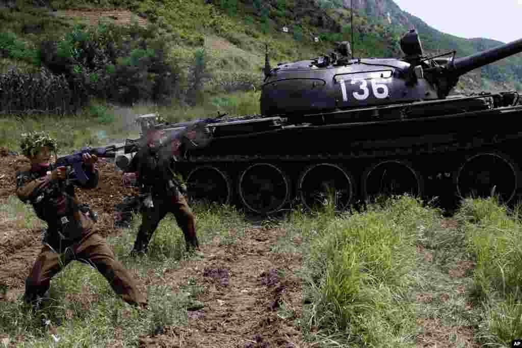 북한이 지난 2012년 7월 한국전 정전 59주년을 앞두고 인민군 105탱크사단 훈련 모습을 공개했다.