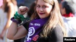 Jeune femme participant à un rassemblement pour marquer la Journée internationale des droits de la femme à Santiago du Chili, le 8 mars 2020. (Reuter/Sofia Yanjari)