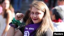 Una joven participa en una marcha por el Día Internacional de la Mujer, en Santiago, Chile, el 8 de marzo de 2020.