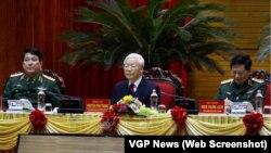 """Tổng bí thư-Chủ tịch nước Nguyễn Phú Trọng (giữa) chủ trì Hội nghị Quân chính toàn quân hôm 7/12 tại Hà Nội, trong đó ông kêu gọi quân đội không """"chủ quan"""" trước những """"diễn biến phức tạp khó lường."""""""