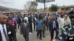 Prezida wa Nigeria, Goodluck Jonathan ariko agendera ikibanza aho bombe yarutikiye kw'italiki 14 z'ukwezi kwa kane,umwaka w'' 2014.