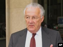 Ο Γερουσιαστής Paul Sarbanes προσέρχεται στο Μπρούκινς για την ομιλία Χριστόφια.