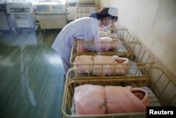 북한 평양의 '평양산원'에서 간호사가 신생아들을 돌보고 있다.
