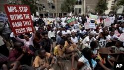 Para aktivis berunjuk rasa menentang kenaikan gaji yang kontroversial bagi para anggota parlemen Kenya dengan merantai diri di depan gerbang kantor parlemen di Nairobi, Kenya, 14 Mei 2013. (Foto: dok). Pengadilan Tinggi Kenya akan menggelar sidang dengar pendapat terkait isu ini, Jumat (31/5).