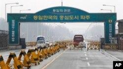 圖左的韓國車輛於4月6日離開開城工業園區﹐過去兩天有更多韓國人陸續離開。