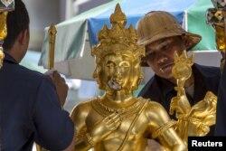 Công nhân lau tượng của thần Brahma tại đền Erawan. Đền thiêng Erawan rất nổi tiếng đối với các du khách Á Châu.