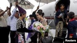ဒုကၡသည္မ်ား ဆိုင္ရာ ကုလသမဂၢ မဟာမင္းႀကီးရံုး ရဲ႕ အထူးကိုယ္စားလွယ္ ေဟာလိ၀ုဒ္ရုပ္ရွင္မင္းသမီး Angelina Jolie ျမန္မာျပည္ခရီးစဥ္ သတင္းမွတ္တမ္းမ်ား