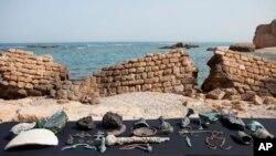 Raros artefactos de bronce de hace 1.600 años, durante una presentación de la Autoridad de Antigüedades de Israel en Cesárea.