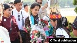 ခ်င္းျပည္နယ္ ကေလးၿမိဳ႕ ကိုေရာက္လာတဲ့ ေဒၚေအာင္ဆန္းစုၾကည္ကို ခ်င္းတိုင္းရင္းသားမ်ား ႀကိဳဆို။ (သတင္းမွတ္တမ္း၊ NLD Chairperson FB)
