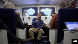 برسلز جاتے ہوئے امریکی وزیر دفاع کی طیارے میں صحافیوں سے بات چیت