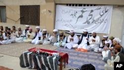 پاکستان کے شہر کوئٹہ میں طالبان رہنما ملا محمد عمر کے لیے ہونے والی ایک تعزیتی تقریب کا منظر (فائل)