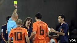 El español Carles Puyol, fue uno de los cinco amonestados de su selección, mientras que Holanda tuvo ocho incluyendo una expulsión por doble amarilla.