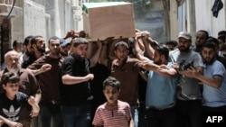 巴勒斯坦人2018年7月26日在加沙地帶為在抗議活動中喪生的法爾瓦納舉行葬禮