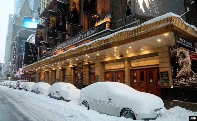 برف باری سے سڑکوں کے کنارے کھڑی گاڑیوں کا منظر۔۔