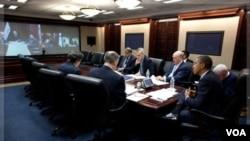 Presiden AS Barack Obama (kanan) melakukan telekonferensi dengan Perdana Menteri Irak Nouri al-Maliki, 21 Oktober lalu.