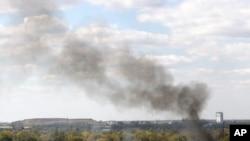 دود ناشی از انفجار در منطقه مسکونی اطراف فرودگاه دونتسک در شرق اوکراین - ۹ مهر ۱۳۹۳