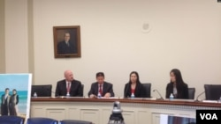 2013年10月29日,郭飞雄妻子张青与女儿杨天骄在美国国会听证会前会见记者。(美国之音叶兵拍摄)