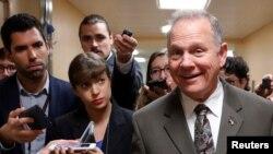 Roy Moore (centro), candidato republicano elegido al Senado por Alabama para reemplazar al ex-senador Jeff Sessions, quien dejó su banca para servir como Fiscal General del país. En la foto, Moore aparece hablando con periodistas durante una visita al Capitolio en Washington. Oct. 31, 2017.